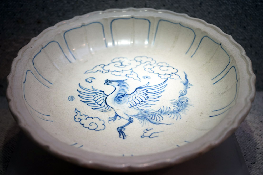 Hình phượng trang trí trên đĩa gốm hoa lam thời Lê sơ