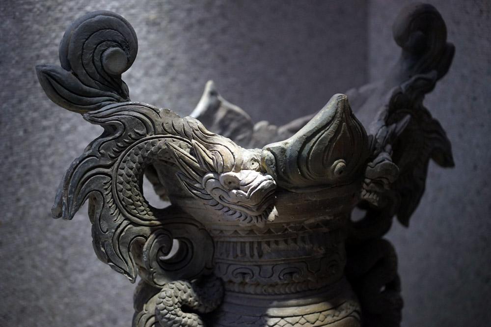 Hình rồng đắp nổi trên lư hương thời Lê