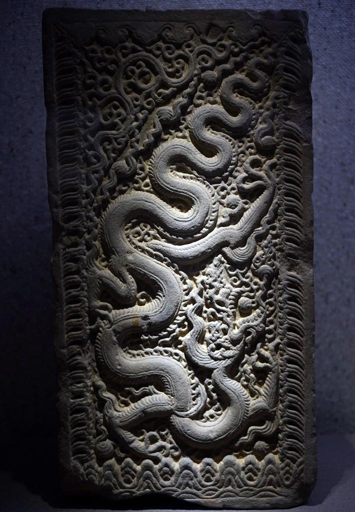 Hình rồng chạm trên đổ cửa bằng đá thời Lý