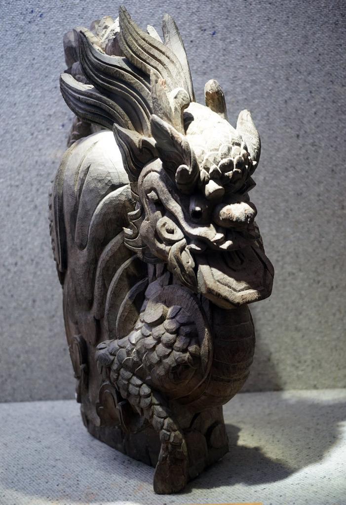 Tượng kỳ lân bằng gỗ thời Nguyễn