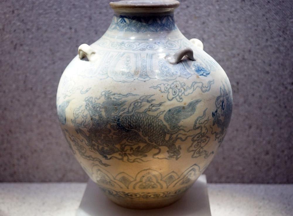 kỳ lân móng rồng trên hũ gốm hoa lam thời Lê Sơ